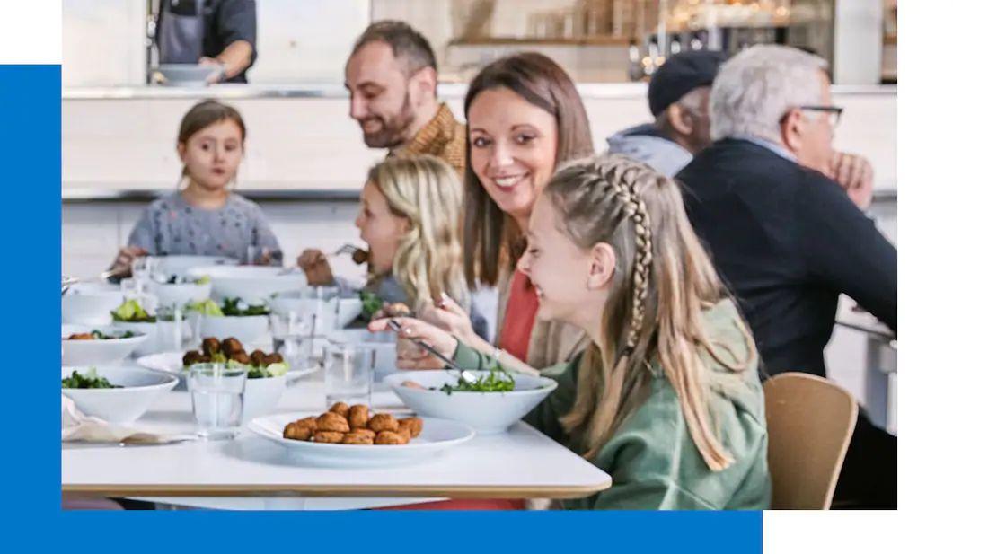 Kom vrijdag of zaterdag bij IKEA eten*, want tussen 16.30 en 19.30 uur met IKEA Family lid 50% korting op het tweede hoofdgerecht.