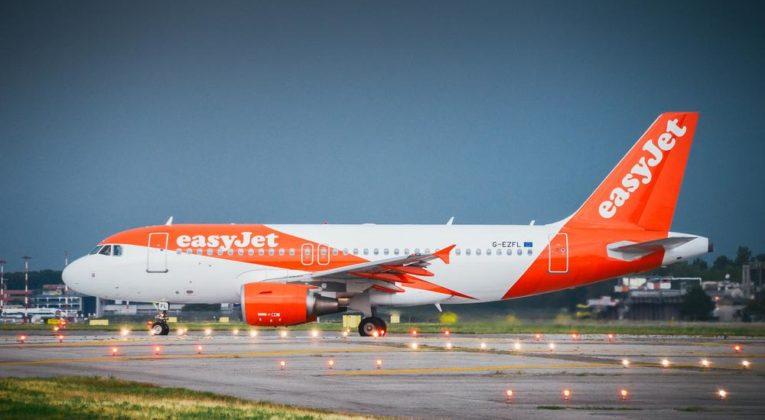 Amsterdam - Londen (retour) met vliegtuig incl handbagage.