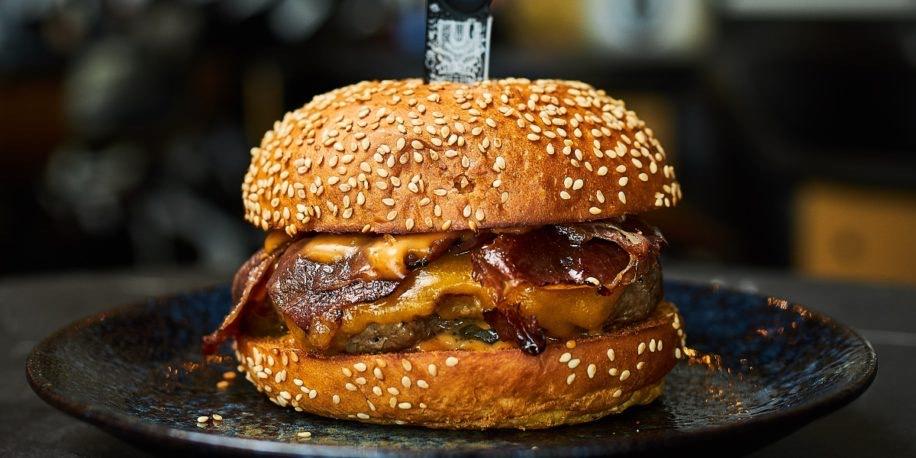 Lokaal; as zaterdag om 15u 1 uur lang gratis hamburgers in Rotterdam