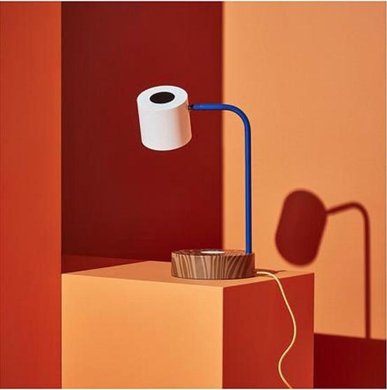 Ikea (Hengelo), Förnyad bureaulamp met draadloze oplader.
