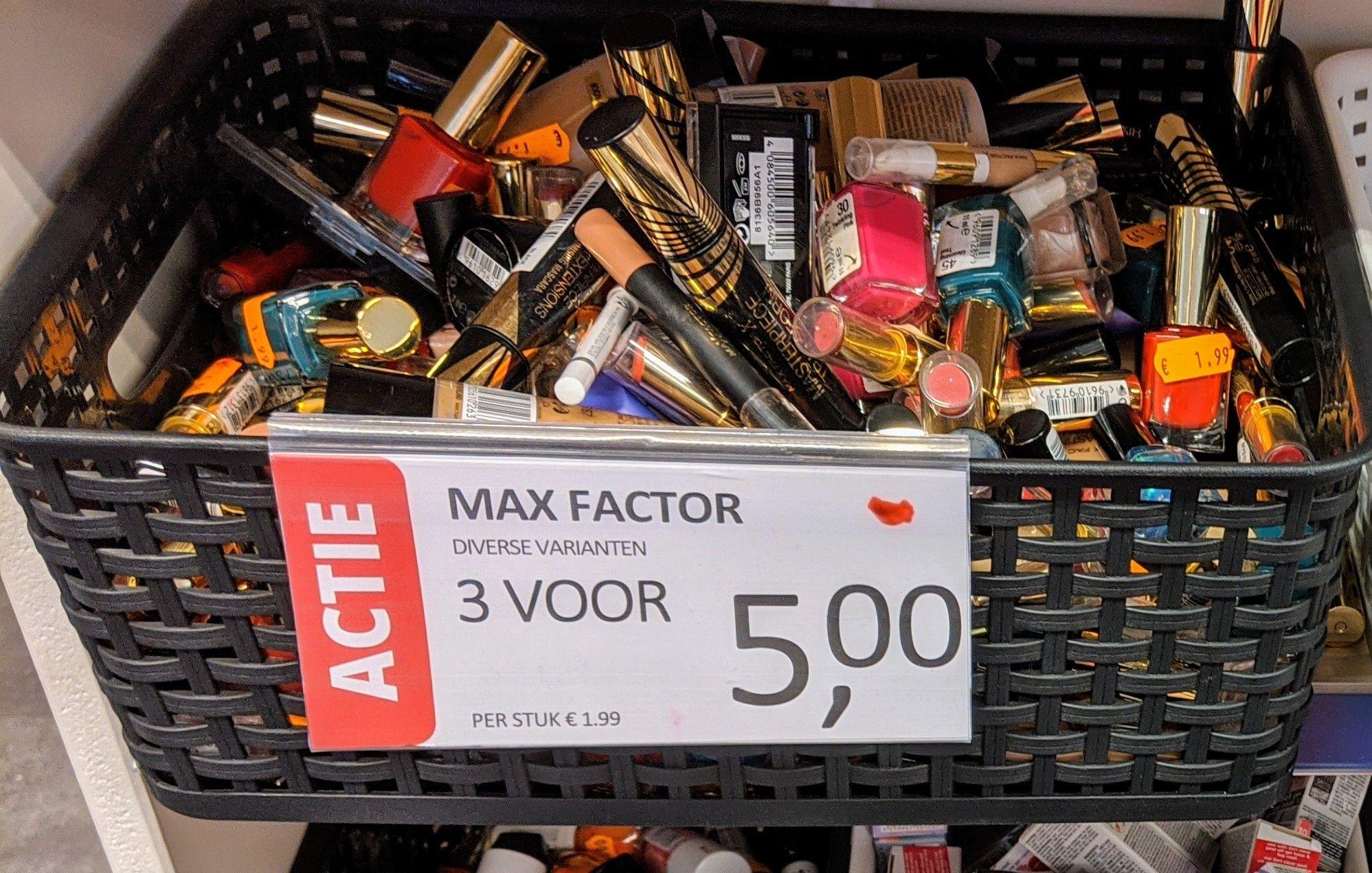 Essence gel topcoat 10 voor €1,--, diverse max factor make up 3 voor €5,--, Revlon beautyonthego €3,--, en meer