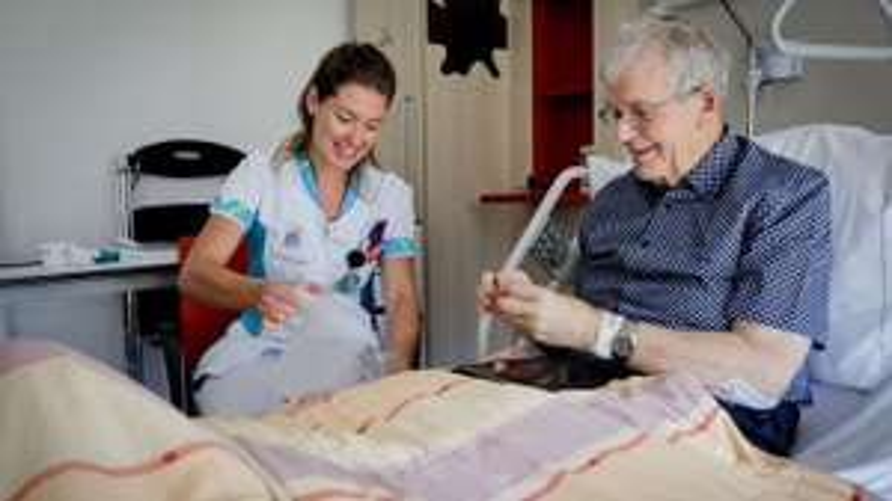 Gratis placemats met familiefoto's voor eenzame patiënten in zorginstellingen