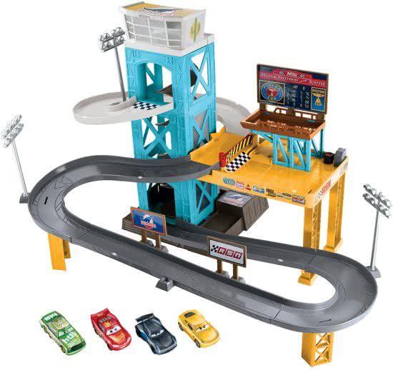 GaragesCars 3 Radiator Springs Tractor Tippin Track Set Inclusief 4 Auto's - Racebaan