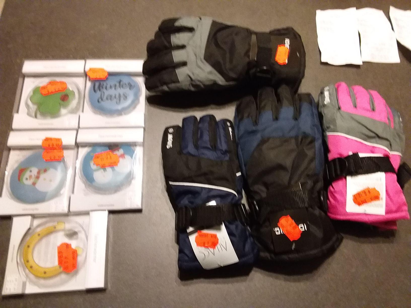 Diverse handschoenen, sjaals, mutsen, handwarmers, kinderkleding €0,10cent per stuk/paar [Lokaal Kik Dronten]