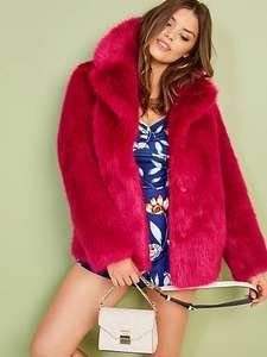 Fake fur jas van Guess €47,50 (80% korting, was €239,90) (Guess.eu)