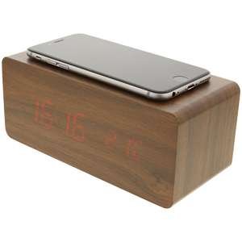 Digitale houten wekker met draadloos oplaad systeem