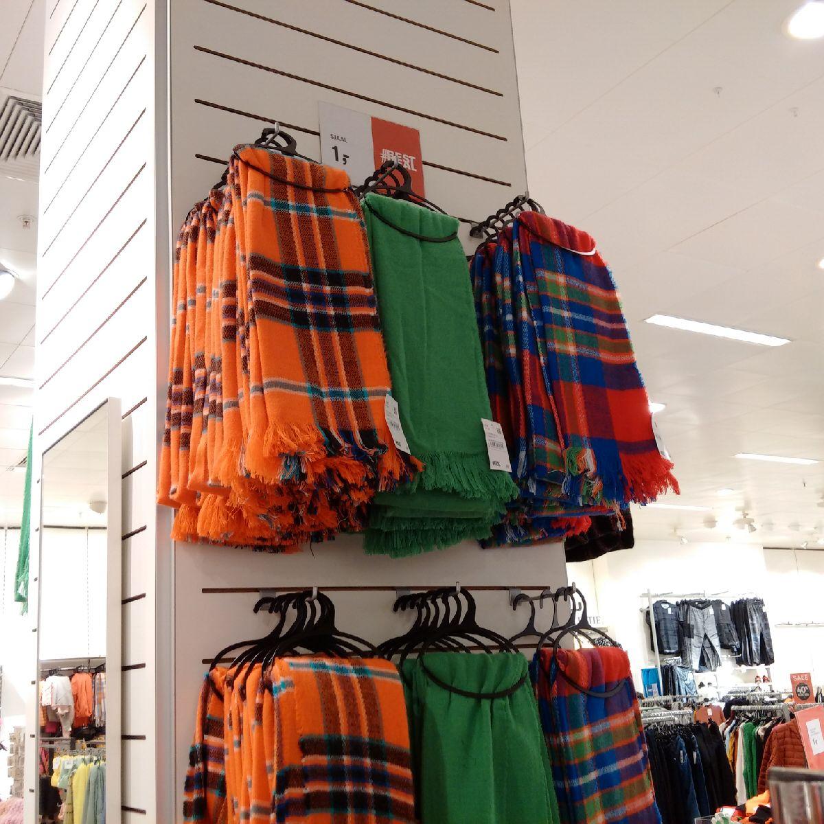 [Lokaal?] C&A Sjaals, mutsen en handschoenen €1