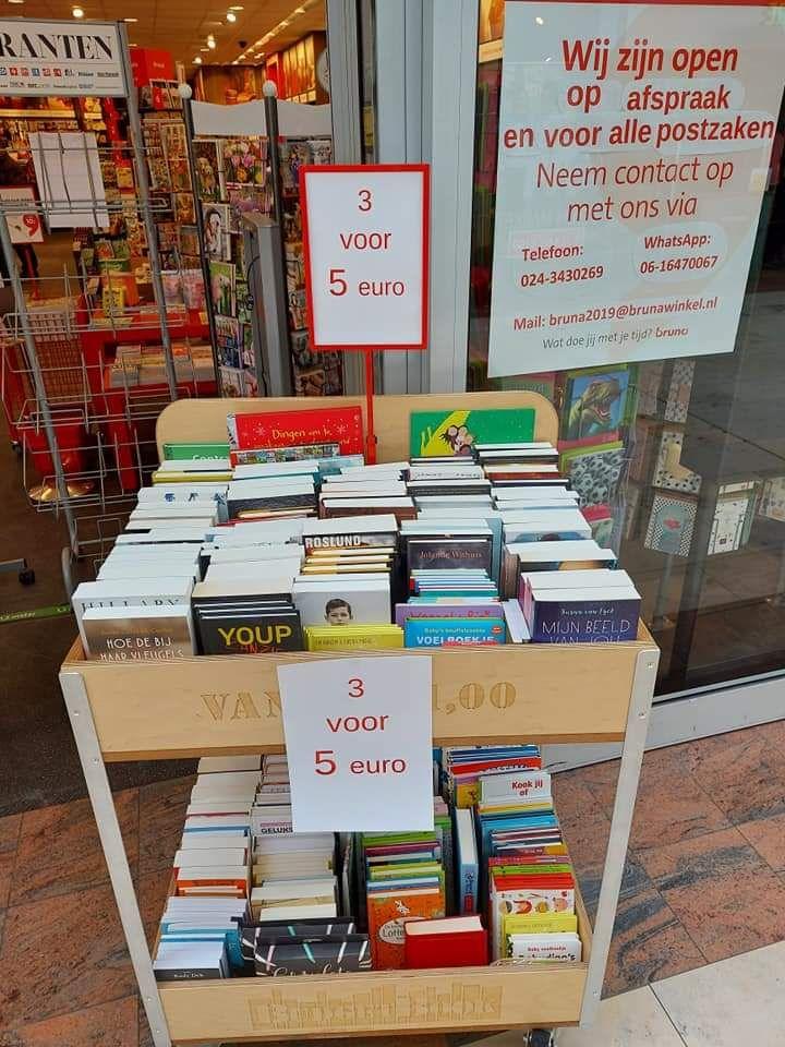 Verschillende artikelen flink afgeprijsd bij de Bruna in Nijmegen bijvoorbeeld 3 boeken voor 5 EUR. Zie foto's voor meer koopjes