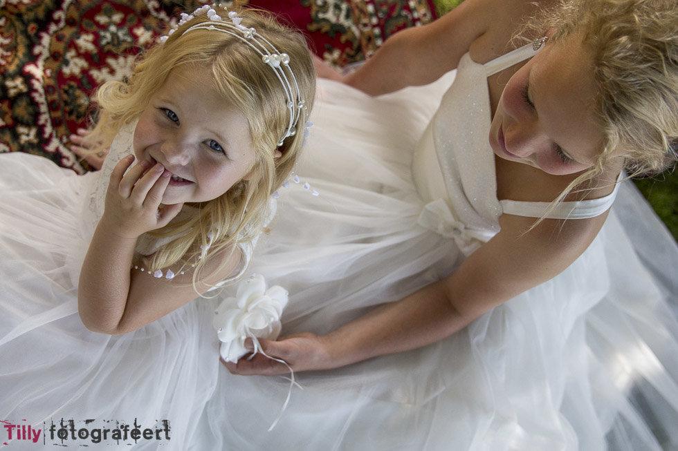 Kinderfeest- en bruidsjurkjes en pakjes, opheffingsuitverkoop